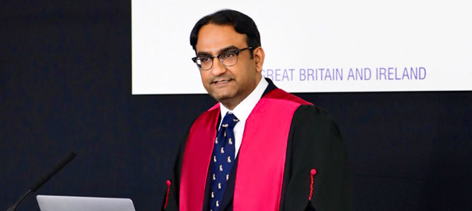 Dr Sadat delivering the Hunterian Lecture 2019